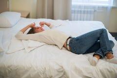 Mujer joven que duerme en el sofá en sala de estar Fotografía de archivo