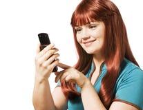 Mujer joven que envía un mensaje de texto Foto de archivo libre de regalías