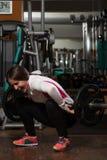 Mujer joven que es tonta en ejercicios Imagen de archivo