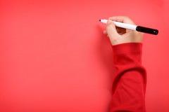 Mujer joven que escribe una letra de la Navidad a santa Imágenes de archivo libres de regalías