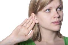 Mujer joven que escucha el chisme imagenes de archivo