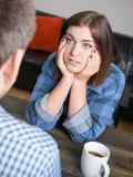 Mujer joven que escucha el socio o el amigo Fotografía de archivo