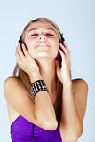 Mujer joven que escucha la música Foto de archivo