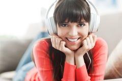 Mujer joven que escucha la música Fotografía de archivo libre de regalías