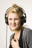 Mujer joven que escucha la música Imagen de archivo