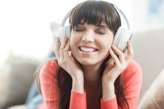Mujer joven que escucha la música Fotografía de archivo