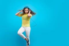 Mujer joven que escucha la música Imagen de archivo libre de regalías