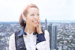 Mujer joven que escucha la música al aire libre Mujer despreocupada que escucha la música en un centro de ciudad Fotografía de archivo