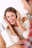 Mujer joven que escucha la música con los amigos Fotos de archivo libres de regalías