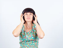 Mujer joven que escucha la música con los auriculares Foto de archivo libre de regalías