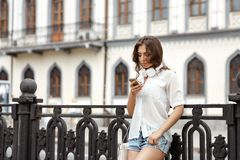Mujer joven que escucha la música en los auriculares Fotos de archivo
