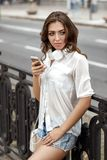 Mujer joven que escucha la música en los auriculares Imagen de archivo