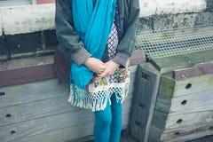 Mujer joven que espera afuera fotografía de archivo