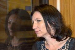 Mujer joven que espera ansiosamente Fotos de archivo