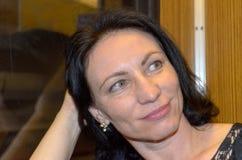 Mujer joven que espera ansiosamente Imagen de archivo libre de regalías