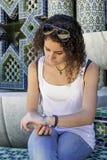 Mujer joven que espera impacientemente Imagen de archivo libre de regalías