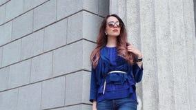 Mujer joven que espera a un novio en la calle metrajes