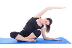 Mujer joven que estira los músculos aislados en el fondo blanco Imagen de archivo