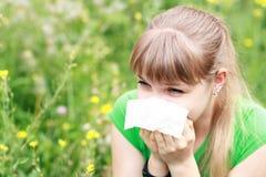 Mujer joven que estornuda Fotos de archivo