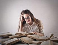 Mujer joven que estudia difícilmente Fotos de archivo libres de regalías