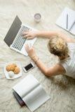 Mujer joven que estudia usando tecnología Imagen de archivo libre de regalías