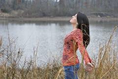 Mujer joven que expresa su amor para el día Imágenes de archivo libres de regalías