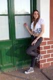 Mujer joven que golpea en la puerta Foto de archivo