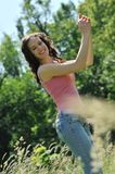 Mujer joven que goza al aire libre Fotografía de archivo libre de regalías