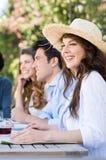 Mujer joven que goza con sus amigos Imagen de archivo