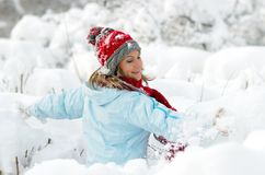 Mujer joven que goza de la nieve Fotos de archivo libres de regalías