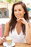 Mujer joven que goza de la taza de café Imagenes de archivo