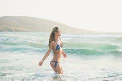 Mujer joven que goza de las aguas calientes del mar Mediterráneo, Grecia imágenes de archivo libres de regalías