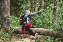 mujer joven que goza de senderos Imagenes de archivo