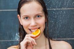 Belleza joven debajo de la ducha Foto de archivo libre de regalías