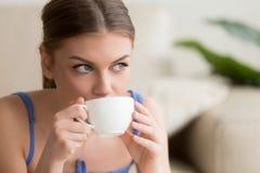 Mujer joven que goza del café preparado fresco caliente Fotos de archivo libres de regalías