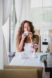 Mujer joven que goza del olor del café Fotos de archivo libres de regalías