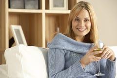 Mujer joven que goza del vidrio de vino Imágenes de archivo libres de regalías