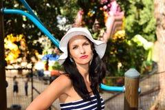 Mujer joven que goza en un parque de la aventura Fotos de archivo