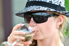 Mujer joven que goza relajando la bebida Imágenes de archivo libres de regalías