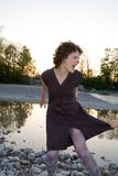 Mujer joven que grita afuera Foto de archivo