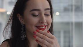 Mujer joven que grita con hapiness cuando hombre que entrega el primer del anillo de compromiso almacen de metraje de vídeo