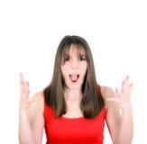 Mujer joven que grita con la cara divertida aislada en el backgrou blanco Fotografía de archivo