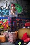 Mujer joven que grita con mucho equipaje Imagen de archivo libre de regalías