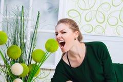 Mujer joven que grita en el cuarto blanco-verde Imagen de archivo
