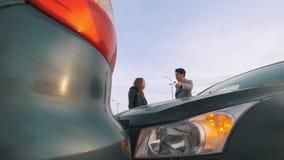 Mujer joven que grita en el hombre después de un accidente de tráfico almacen de video