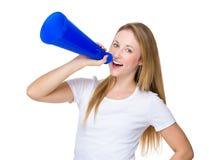 Mujer joven que grita en el megáfono Foto de archivo