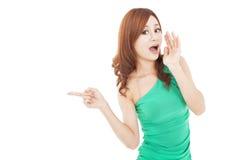 Mujer joven que grita y que señala Imagen de archivo libre de regalías