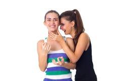 Mujer joven que guarda otro woman& x27; garganta de s Imagen de archivo