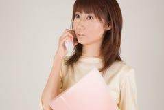 Mujer joven que habla con el teléfono móvil Fotografía de archivo