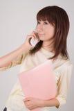 Mujer joven que habla con el teléfono móvil Foto de archivo